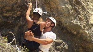 Die Bachelorette 2015! Mario hält Alisa beim Klettern. (c)RTL