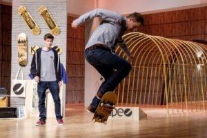 Investor Frank Thelen (r.) und Kape Skateboards Peter Karacsonyi (22).