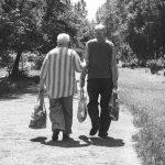 Seniorin die Stofftasche entrissen – Polizei fahndet nach zwei flüchtigen Tatverdächtigen!