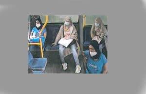 Vermeintlich höfliche Frauen bestehlen Senior an Essener Bushaltestelle